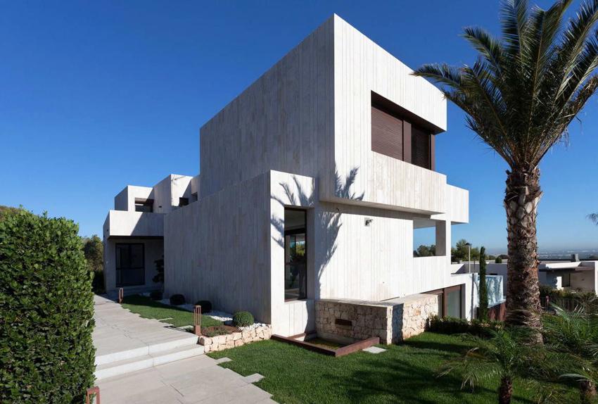 При строительстве дома в стиле высоких технологий максимально отказываются от декорирования