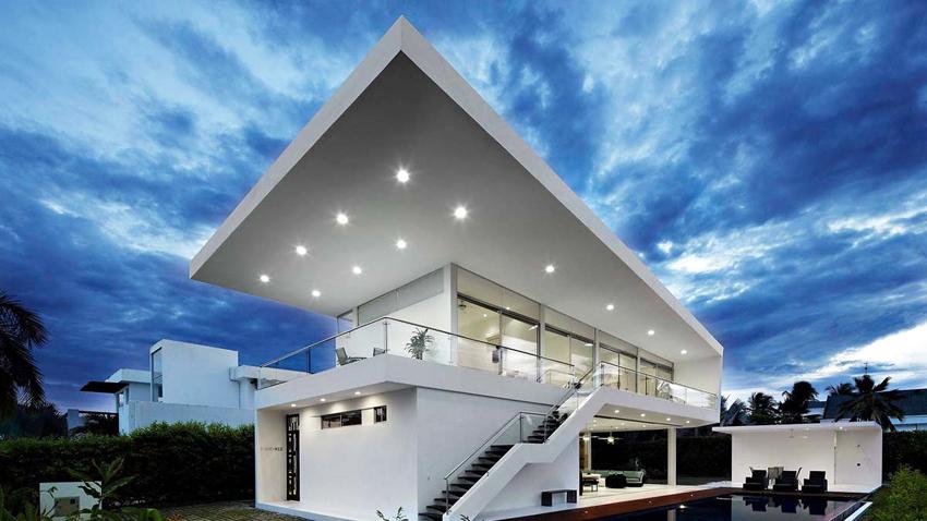Архитектура домов в стиле высоких технологий проста, но наличие разнообразных балконов и террас придает строению оригинальности