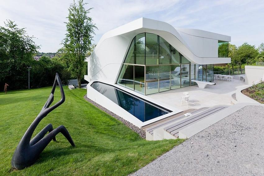 Наиболее популярные материалы для строительства дома в стиле хай-тек: бетон, металл, стекло и пластик
