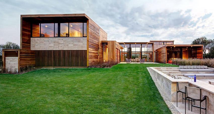 В доме стиля хай-тек из дерева обязательно должны присутствовать элементы из стекла и металла