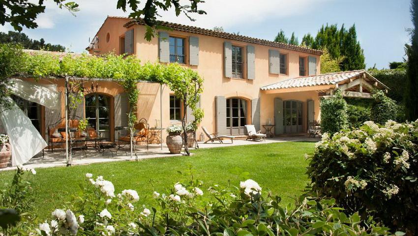 Отличительной особенностью стиля прованс являются большие окна