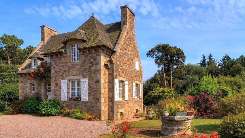 """Двор домика в стиле прованс должен выглядеть естественно, с эффектом """"запущенности"""""""