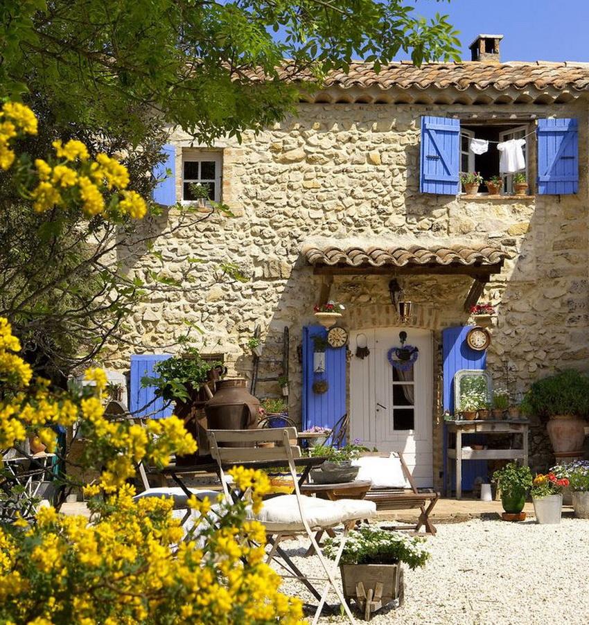 Декорирование двора дома в стиле прованс выполняют, создавая видимость беспорядка