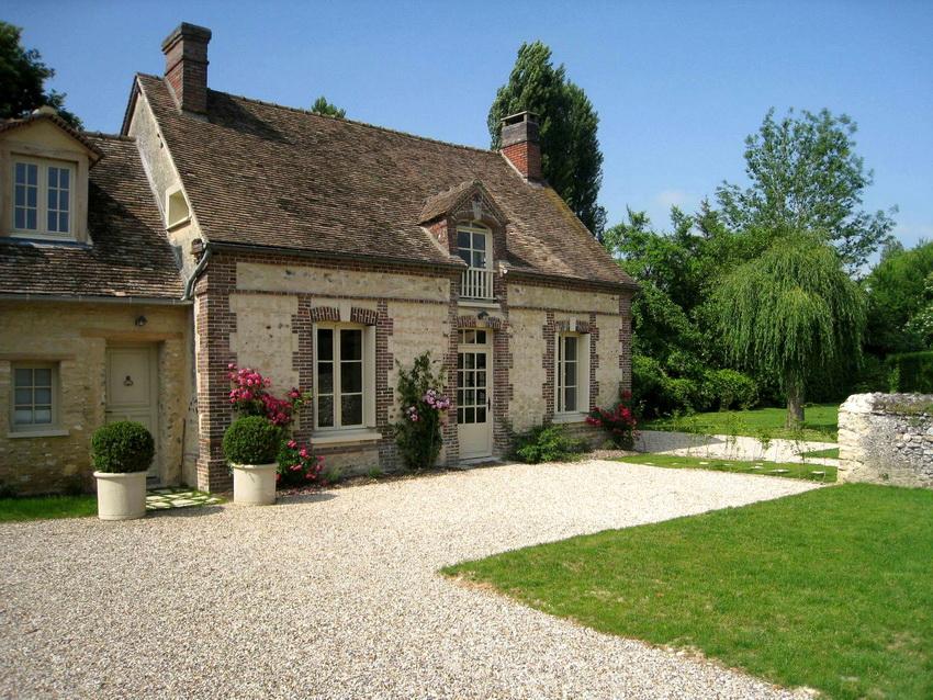 Чаще всего ландшафтный дизайн домов в стиле прованс отличается простотой и незатейливостью