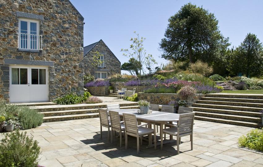 Также при оформлении окружающего ландшафта в стиле прованс используют цветочные композиции и альпинарии