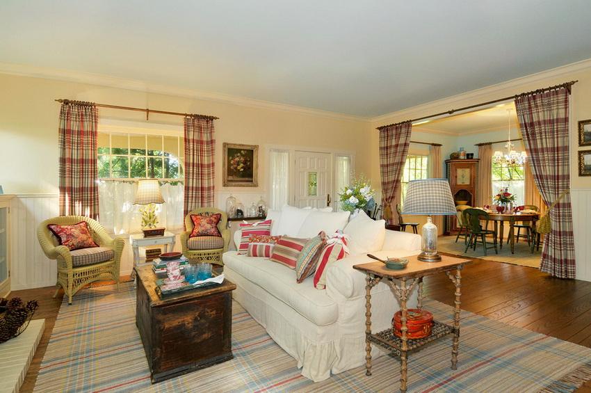 Яркие занавески на окнах и дверных проемах с аксессуарами - одна из узнаваемых особенностей стиля прованс