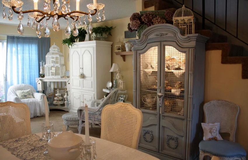 Очень часто в декоре и обстановке используется стилизация под старину