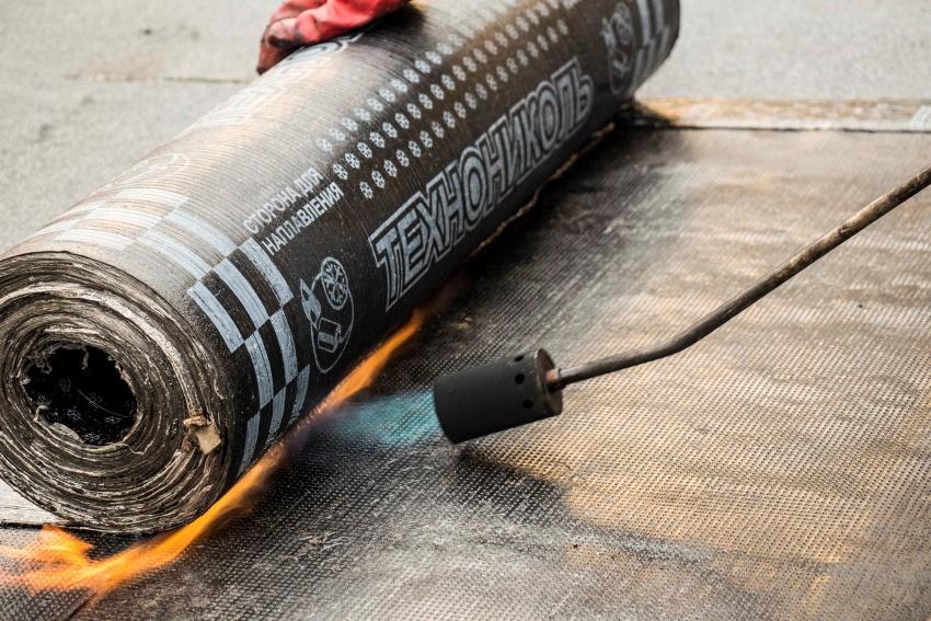 Управление пламенем осуществляется с помощью регуляторов, установленных на устройстве