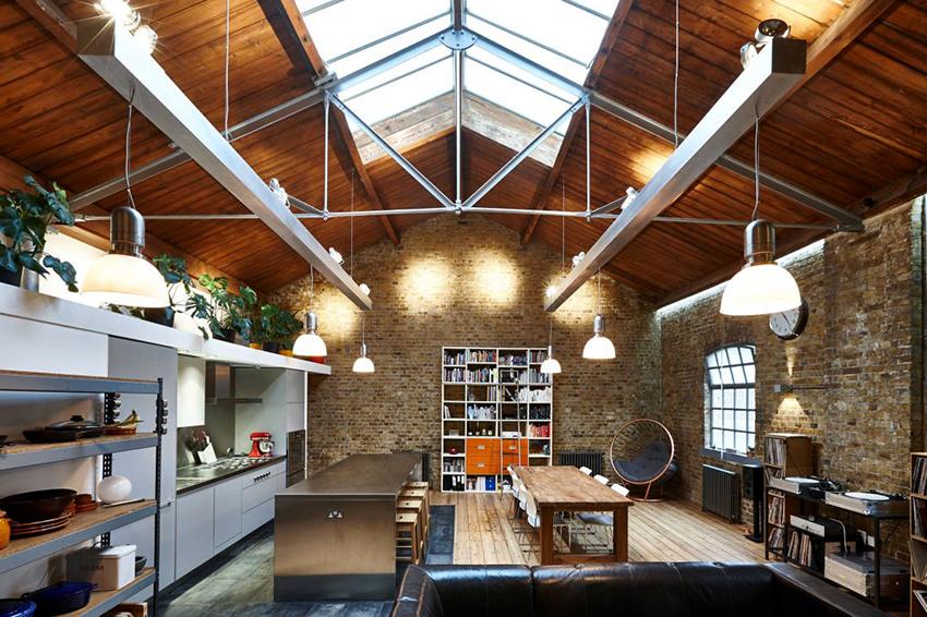 Помещение в стиле лофт, которое совмещает в себе кухню и гостиную, не должно быть перегружено лишними элементами декора и мебели