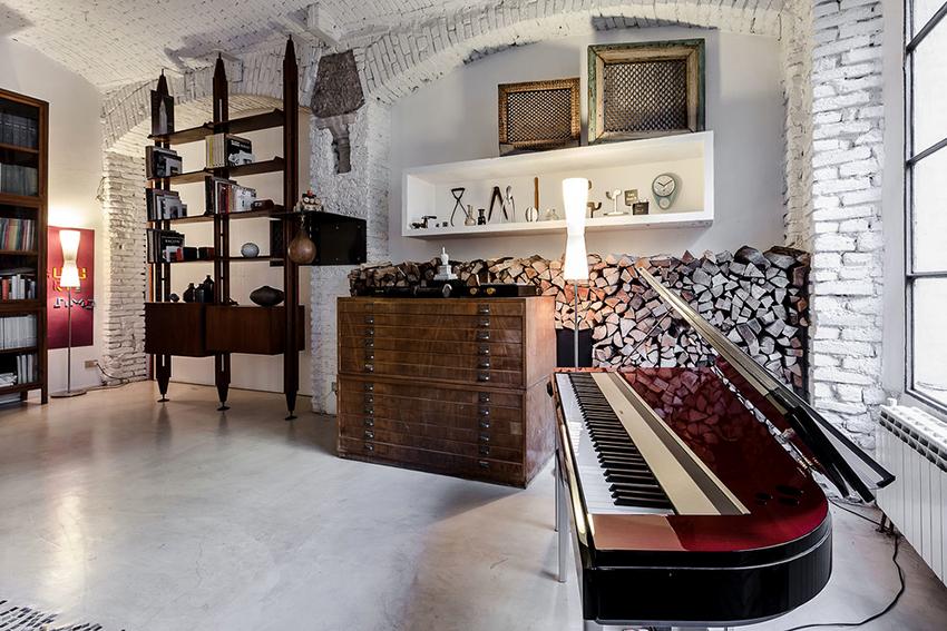 В гостиную лофт отлично впишется мебель в разных стилях необычной формы