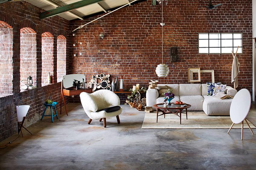 В помещениях в стиле лофт отлично сочетаются новые и старые элементы интерьера