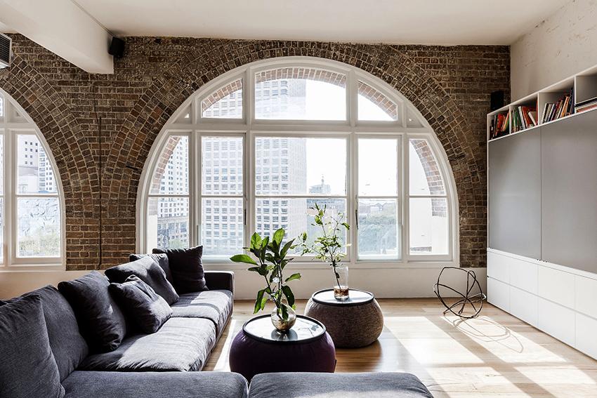 Одной из главных черт стиля лофт являются большие окна, не прикрытые шторами