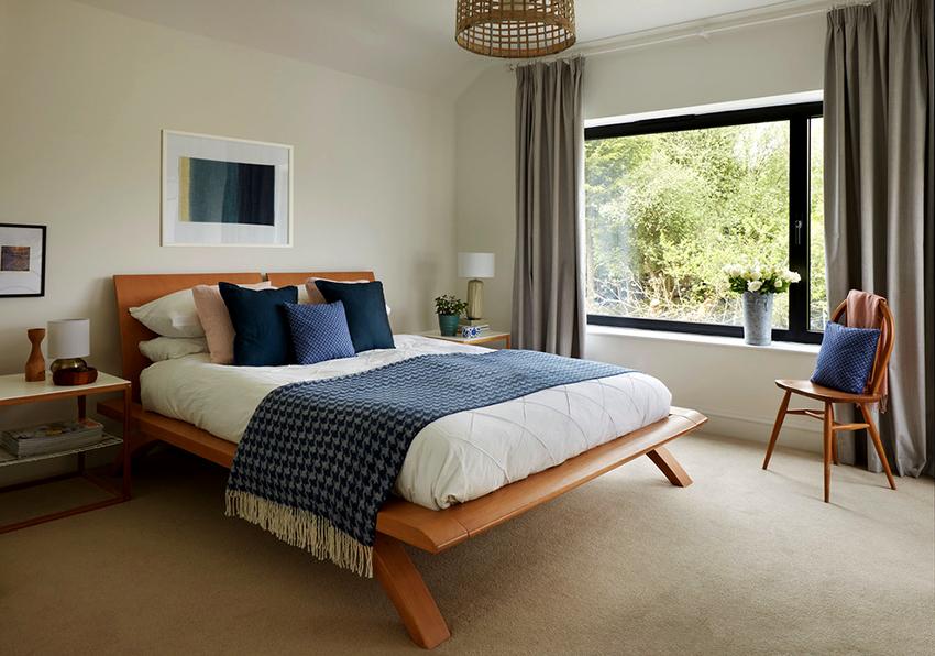 Деревянная кровать всегда смотрится уместно и презентабельно