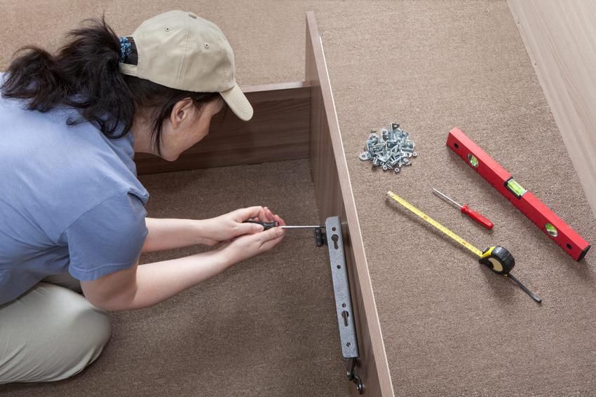 Специалисты рекомендуют использовать клей для лучшего укрепления соединения деталей и материала