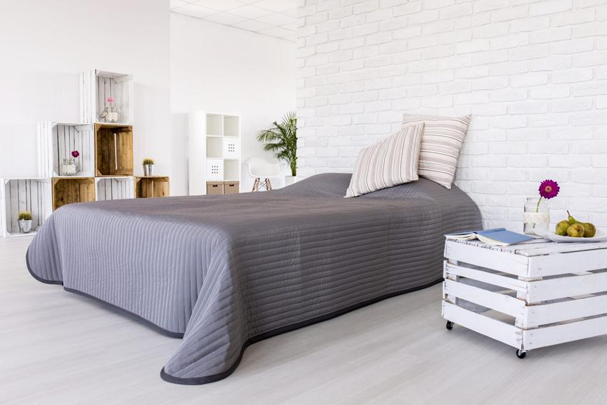 При выборе высоты для будущей кровати следует учитывать и размер матраса