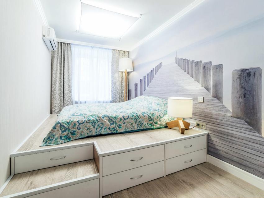 С помощью кровати-подиума можно зонировать пространство в небольшой комнате