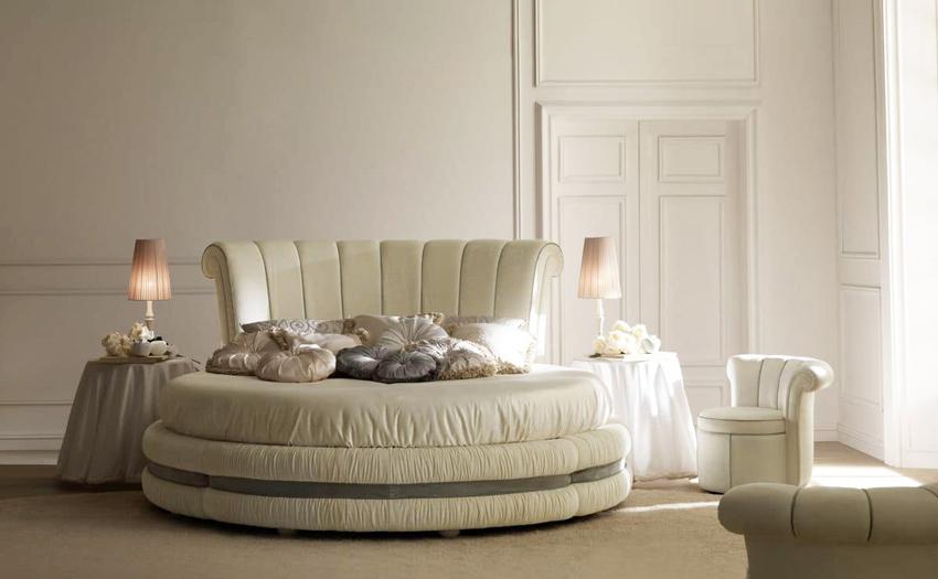 Круглая кровать является нестандартным решением для спальни