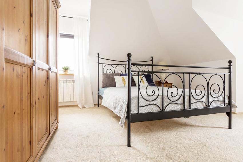 Кровать из металла не только отличается прочностью и износостойкостью, а также может стать украшением спальни