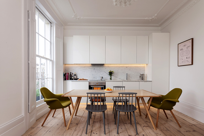Стол и стулья для кухни в скандинавском стиле должны быть выполнены из дерева