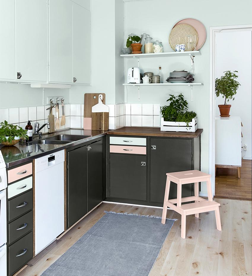 Часто на скандинавских кухнях в виде декора выступают зеленые растения