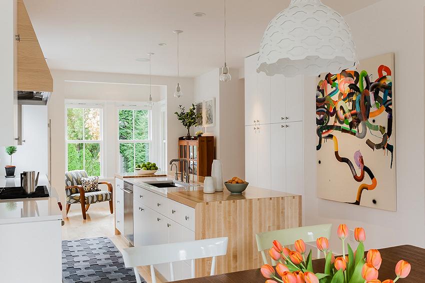 Чтобы максимально расширить пространство в кухне-гостиной рекомендуется стены и потолок выкрашивать в белый цвет