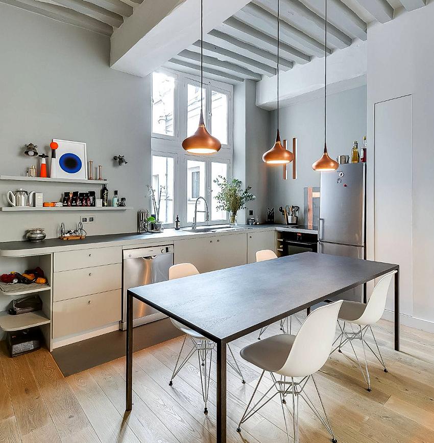 На кухне в скандинавском стиле можно использовать лампы и люстры
