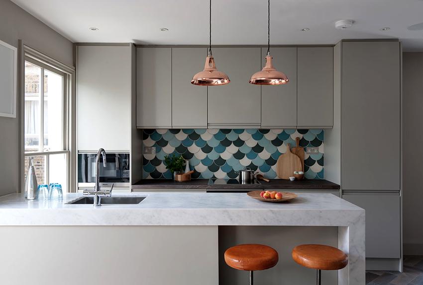 Фартук кухни в скандинавском стиле уместно сделать ярким и броским