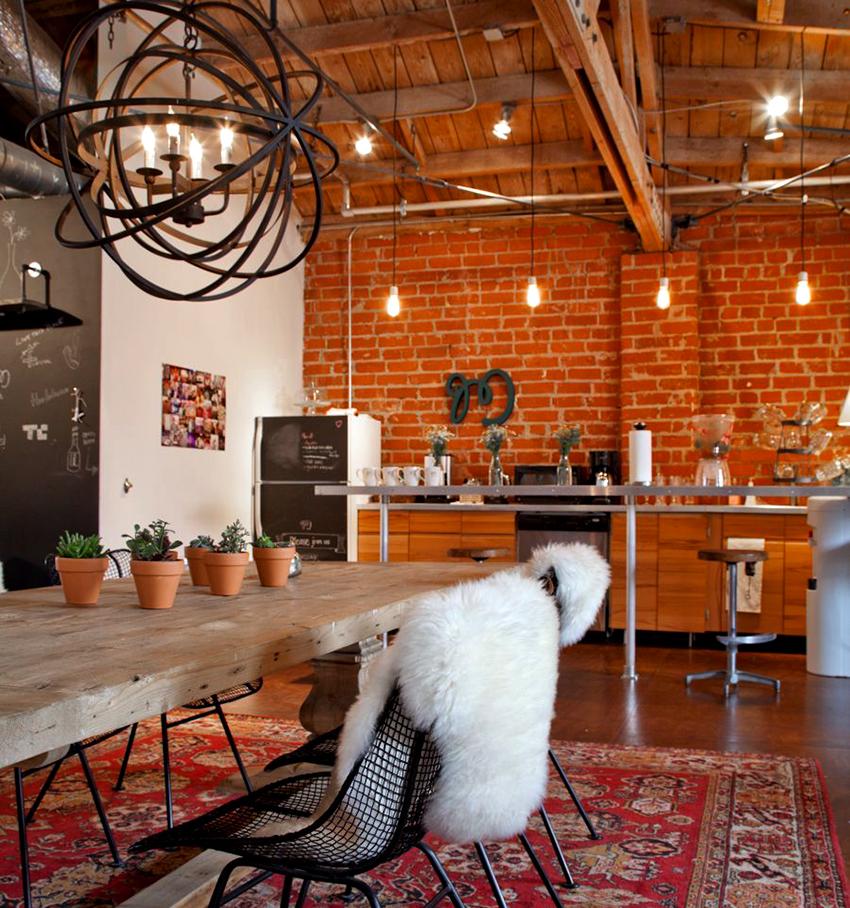 Необычный светильник в центре кухни будет выглядеть стильно и эффектно