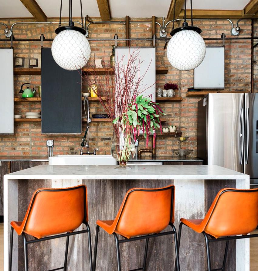 Для освещения кухни в стиле лофт можно использовать лампы, светильники или подвесные фонари