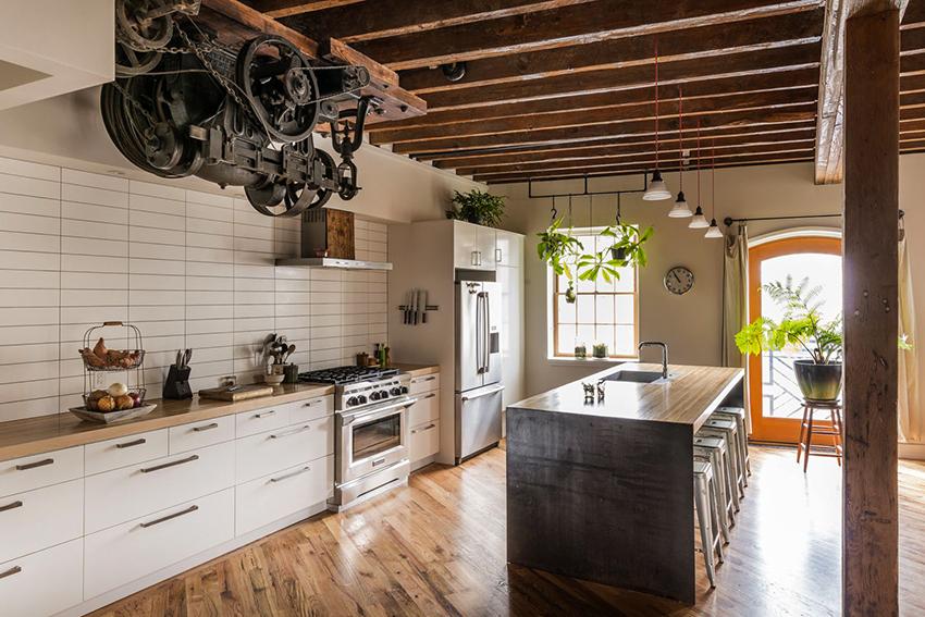 Для декора кухни в стиле лофт идеально подойдут старые индустриальные вещи