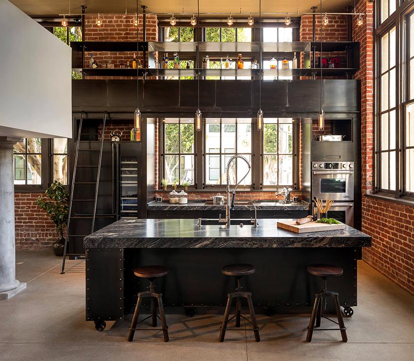 В большое помещение идеально впишется кухонный уголок, контрастный по цвету и фактуре относительно стен