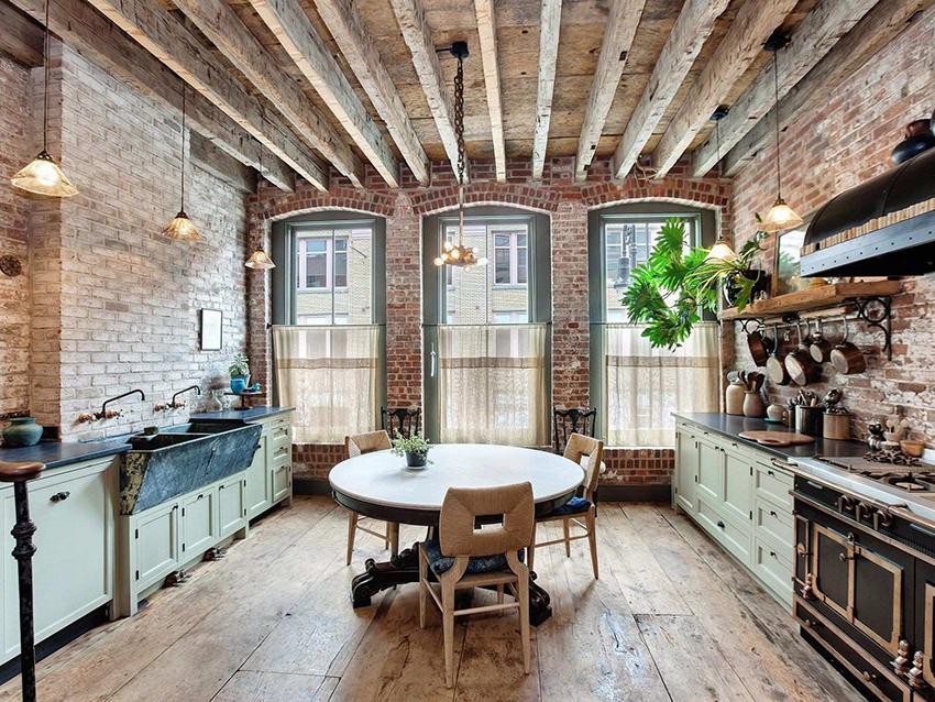 Отделать потолок кухни в стиле лофт можно деревянными балками или трубами