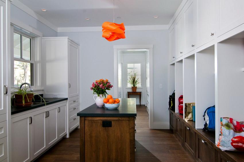 Шкаф-вешалка в сочетании с нижними и верхними отсеками позволяет оптимизировать вещи наилучшим образом