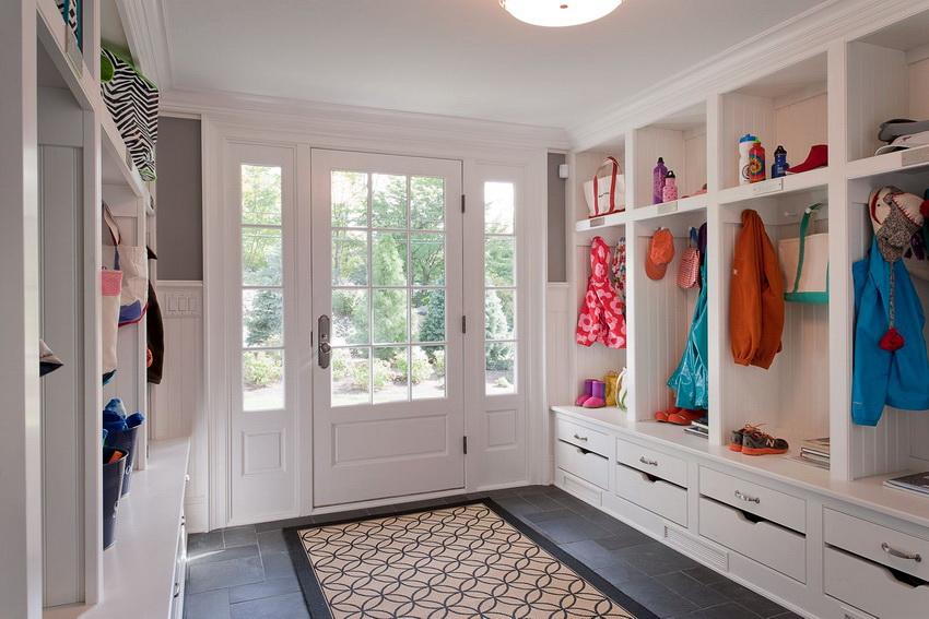 Важно, чтобы подобранная мебель гармонично сочеталась с отделкой стен и напольным покрытием прихожей