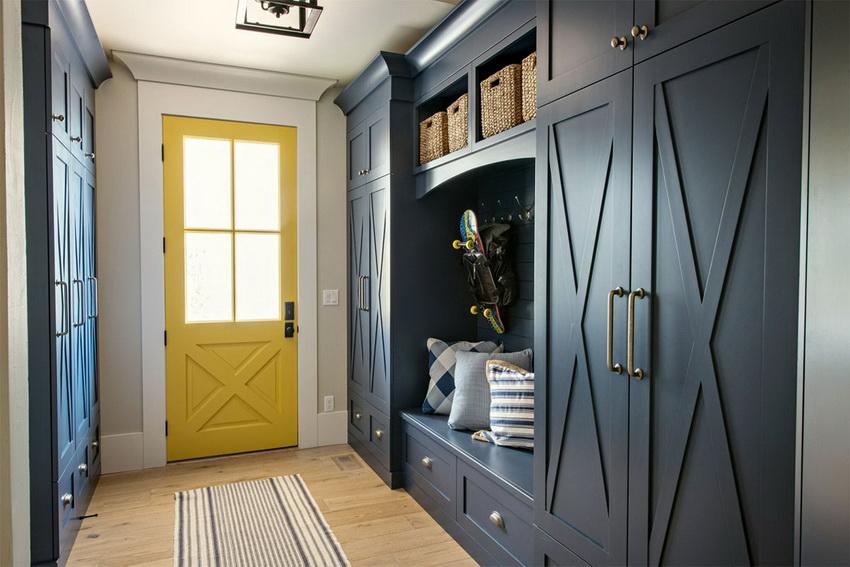 Шкаф для прихожей необходимо подбирать в соответствии с количеством вещей, которые там будут храниться