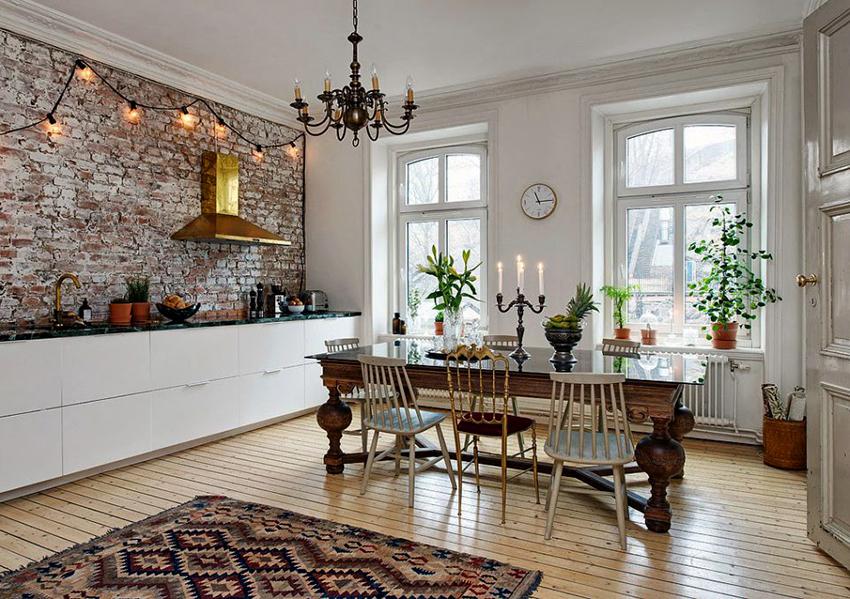 Стулья могут быть разными, но главное, чтобы они гармонировали со столом и общим интерьером кухни