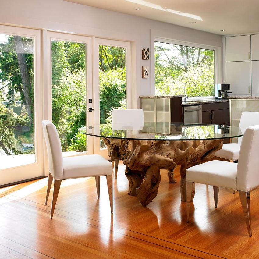Обеденная зона со стеклянным столом смотрится красиво и стильно