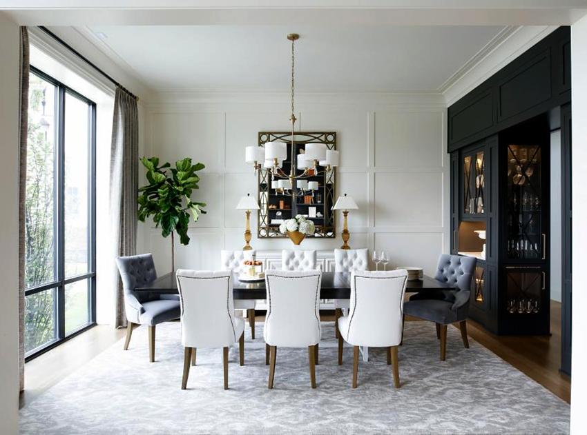 Прямоугольный стол удобен тем, что его можно разместить как возле стены, так и по центру помещения