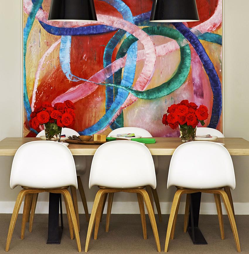 Стену рядом с обеденной группой можно сделать яркой и эффектной