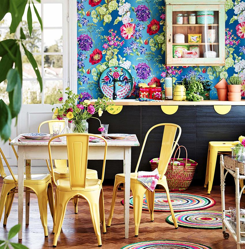 В зависимости от размеров кухни обеденную зону можно расположить по центру или возле одной из стен