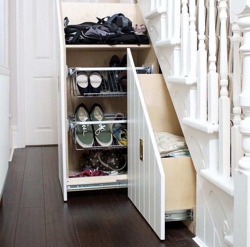 Если в доме или квартире есть лестница, то обувницу можно разместить под ступеньками