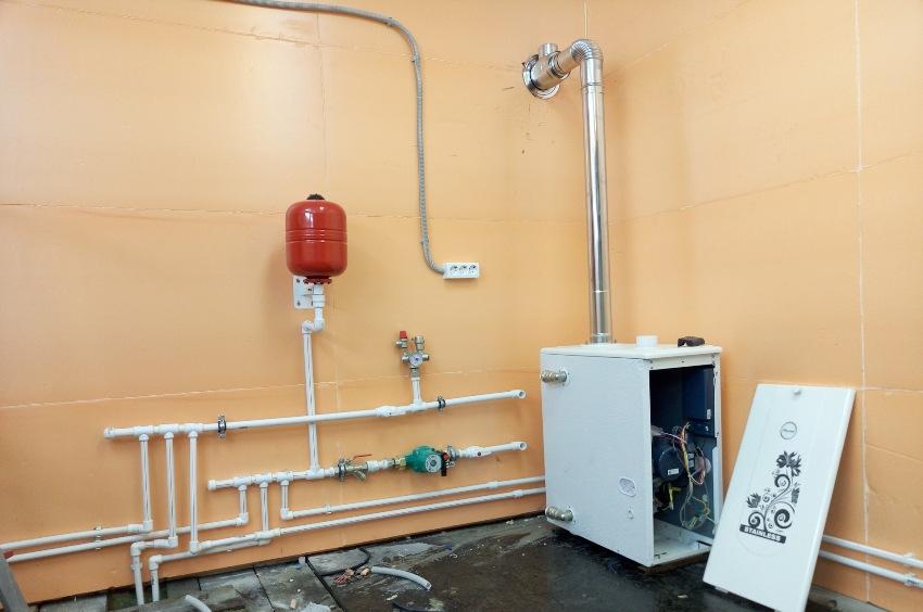 В гараже можно обустроить полноценную отопительную коммуникацию, имеющую газовый котел