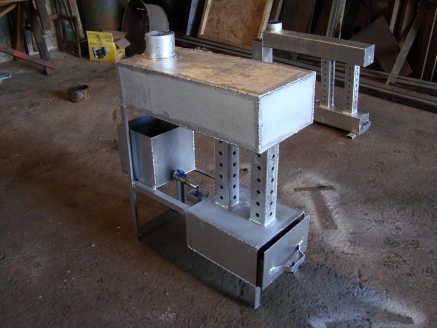 Печь на отработке с водяным контуром должна быть оснащена расширительным баком с аварийным сливом