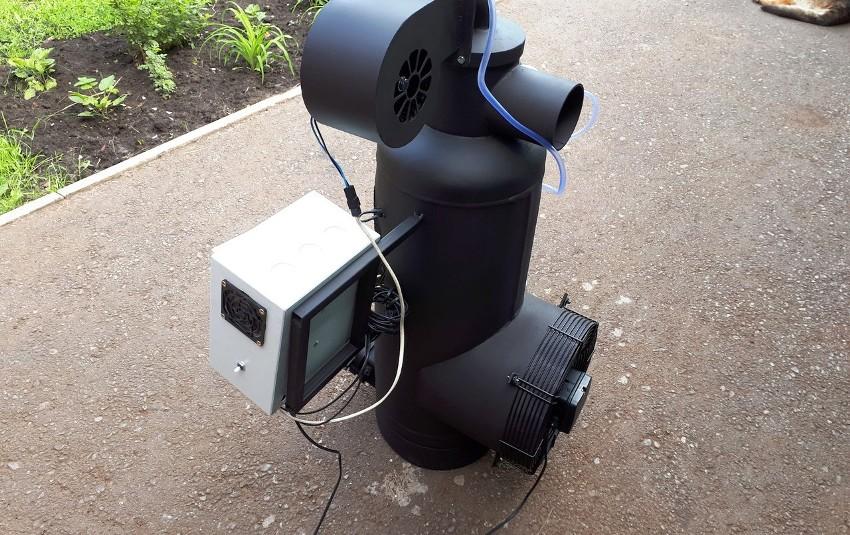 Печь на отработке укомплектована дымоходом, трубой для подачи воздуха и встроенным баком
