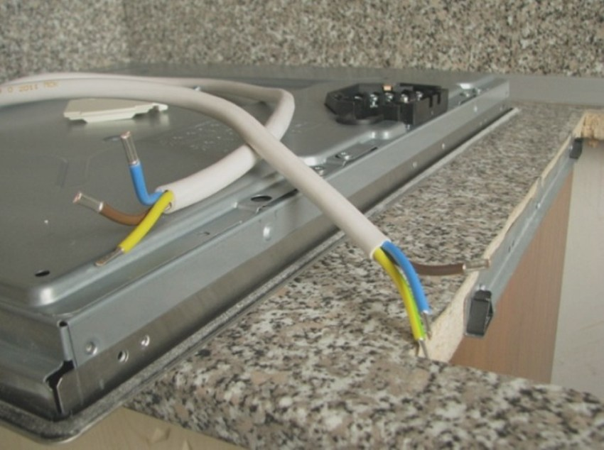 Число жил в кабеле подбирается в зависимости от того, какое количество контактов находится в клеммнике подключаемого электроприбора