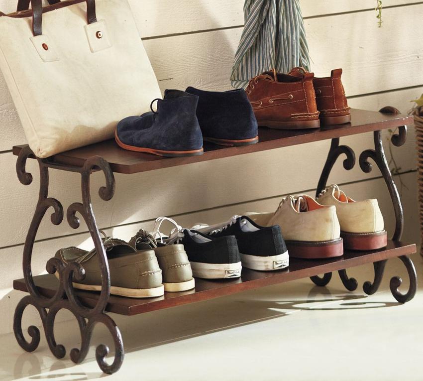 Для обувных полок в классическом стиле часто используется дерево в сочетании с кованным металлом