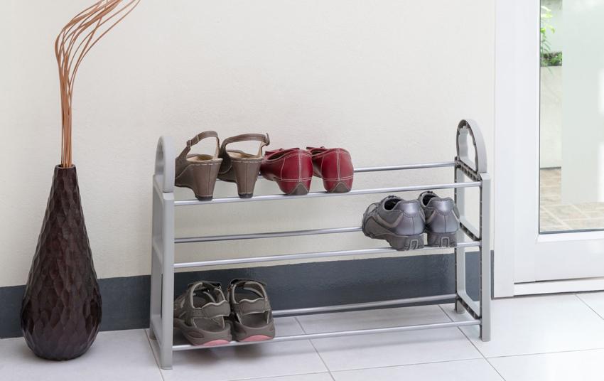Для интерьера в стиле хай-тек подойдут компактные полки для обуви с минимальным декором