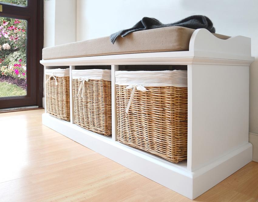 Полки под обувь в стиле прованс часто делаются с плетеными ящиками, обитыми тканью