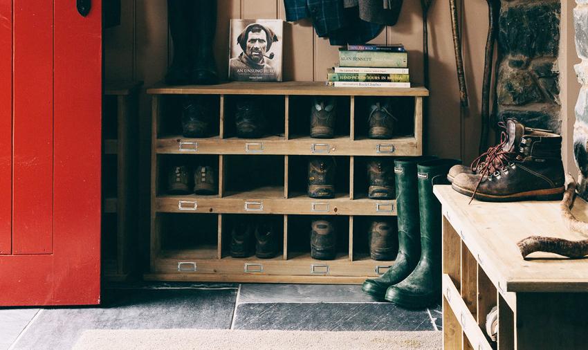 Для обувных полок в стиле кантри характерно использование неокрашенного дерева