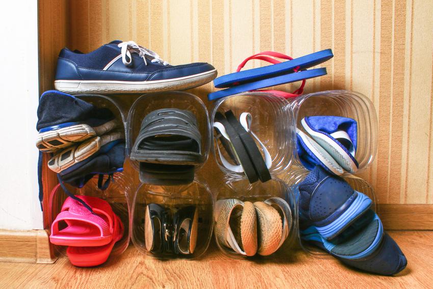 Обувные полки можно изготовить из пластиковых бутылок
